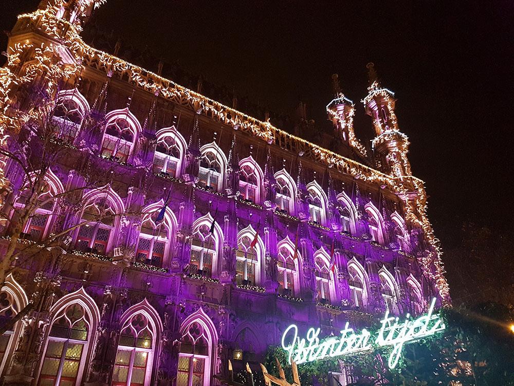 Het stadhuis met kerstverlichting.